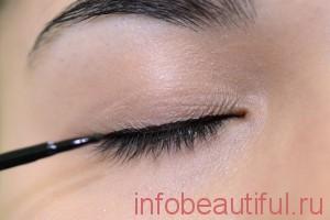 Подчеркните глаза, используя черную жидкую подводку для глаз
