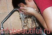 Смойте теплой вод