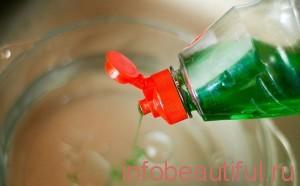 Добавьте жидкость для мытья посуды.