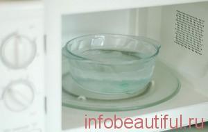 Установите миску с водой в микроволновую печь
